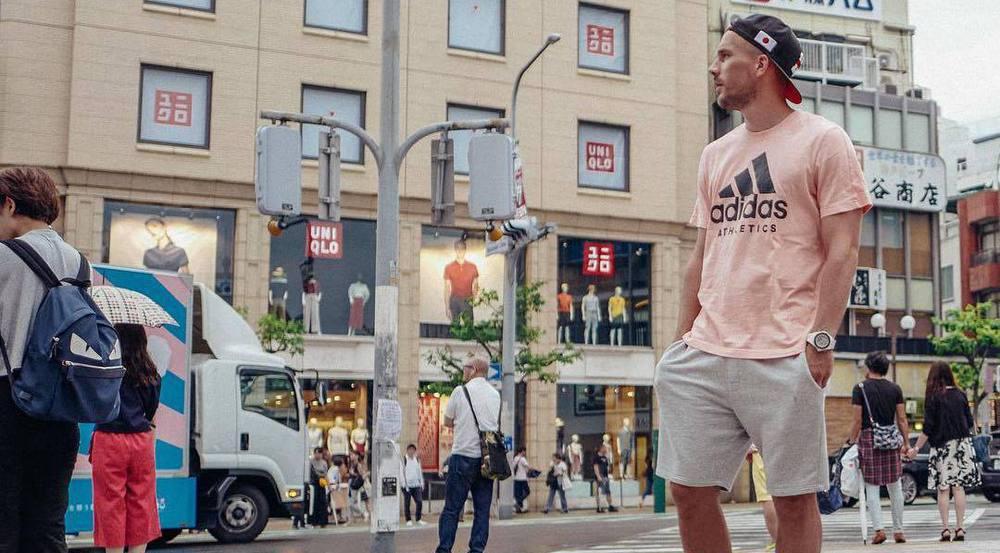 Lukas Podolski schlendert durch die Straßen von Kobe