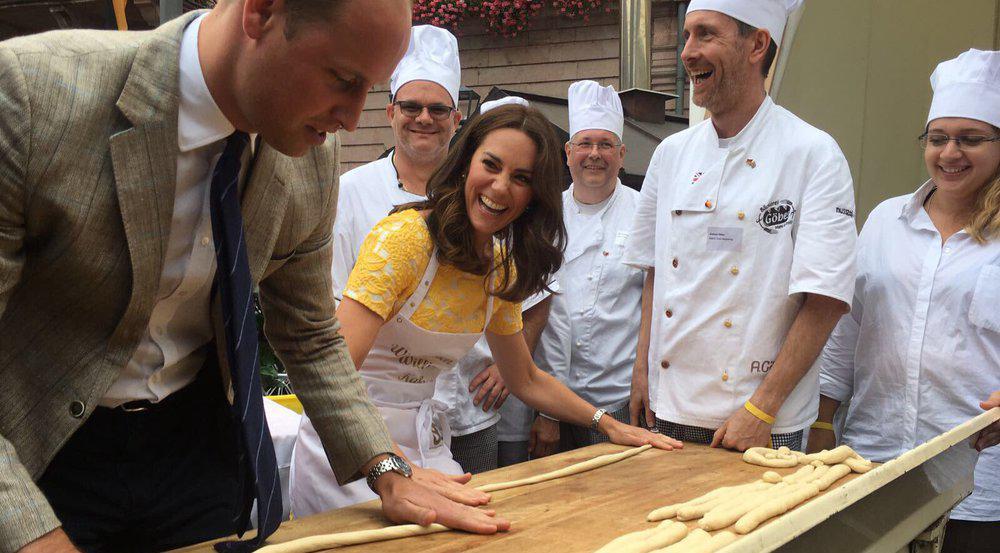 Prinz William und Herzogin Kate beim Brezel-Backen