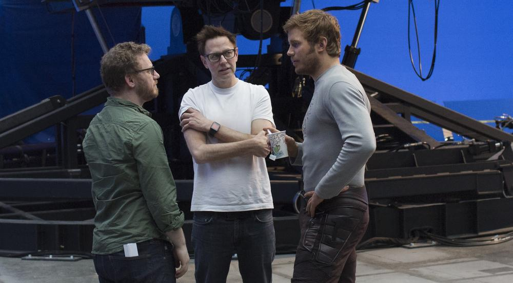James Gunn (Mitte) mit Chris Pratt (r.) und Executive Producer Jonathan Schwartz am Set von