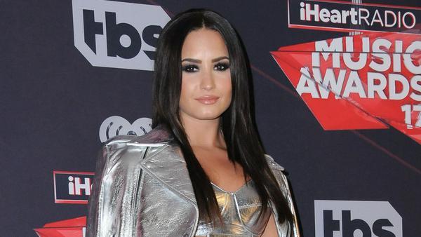 Sängerin Demi Lovato macht den diesjährigen Herbst-Trend vor: Glatt und glänzend darf es sein