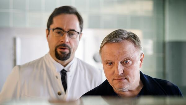 """""""Tatort: Feierstunde"""": Prof. Karl Friedrich Boerne (Jan Josef Liefers, l.) und Kommissar Frank Thiel (Axel Prahl) in der Rechtsmedizin"""