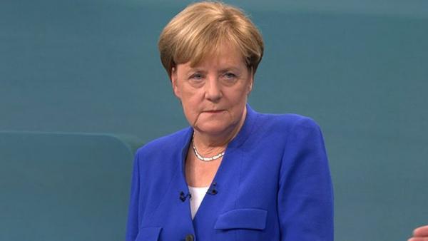 Angela Merkel (CDU) beim TV Duell mit Silberkette