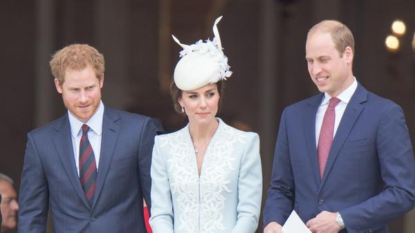 Prinz Harry (l.) freut sich sehr für seinen Bruder William und Schwägerin Kate