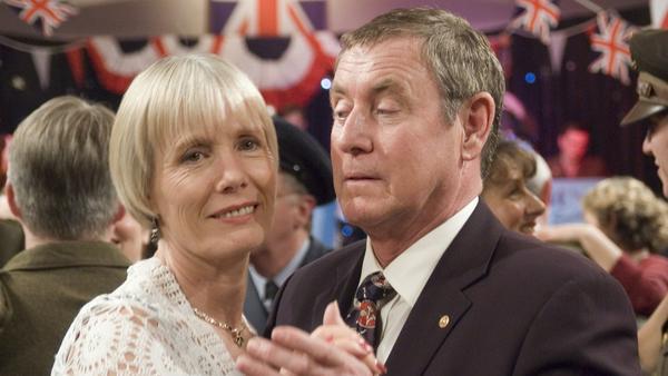"""""""Inspector Barnaby: Tanz in den Tod"""": Joyce (Jane Wymark) ist glücklich , wieder einmal mit ihrem Tom (John Nettles) zu tanzen, auch wenn der den Ball nur eines Falles wegen besucht"""