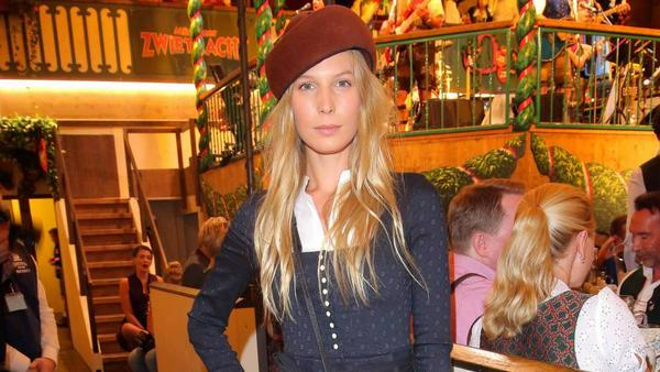 Model Sarah Brandner weiß, wie man sich auf dem Oktoberfest vor Kälte schützt