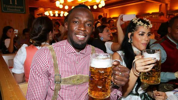 Usain Bolt lässt sich als Sprint-Rentner das deutsche Bier schmecken