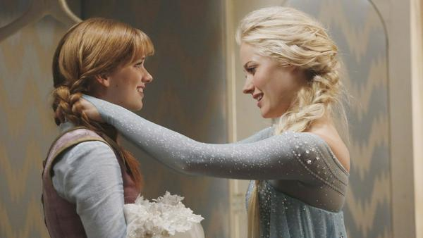 "Anna (Elizabeth Lail, l.) und Elsa (Georgina Haig) in ""Once Upon A Time - Es war einmal..."""