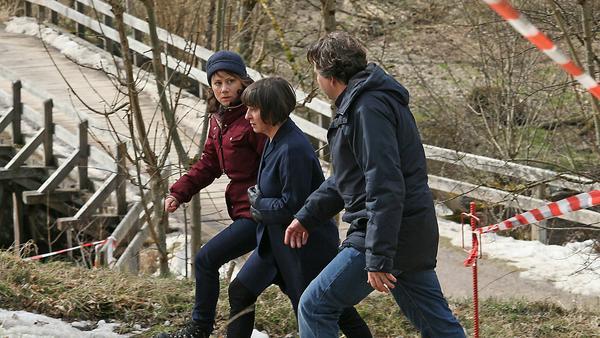 Franziska Tobler (Eva Löbau), Cornelia Harms (Steffi Kühnert) und Friedemann Berg (Hans-Jochen Wagner) auf dem Weg zum Tatort im Wald