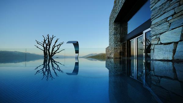 Der Outdoor Infinity-Pool lädt zum Entspannen ein