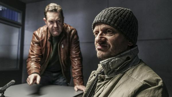 """""""Die Chefin: Schwarze Schafe"""": Böhmer (Jürgen Tonkel, l.) verdächtigt Markus Gärtner (Milan Peschel) Frederik Bürger erschossen zu haben."""