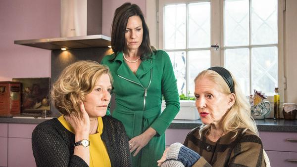 """""""Die letzte Reise"""": Katharina Krohn (Christiane Hörbiger, r.) mit ihren Töchtern Heike (Suzanne von Borsody, l.) und Maren (Nina Kronjäger)"""