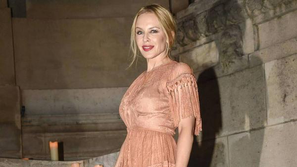 Bei der Pariser Modewoche setzte sie auf Quasten: Sängerin Kylie Minogue