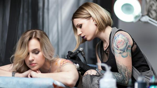 Diese junge Dame könnte vielleicht schon bald smarte Tattoos stechen
