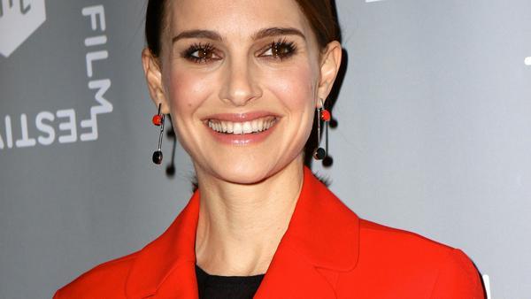Nathalie Portman hat die Farbe Rot ebenfalls für sich entdeckt