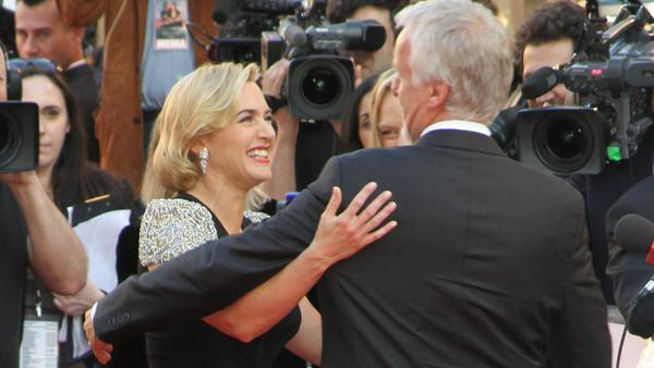 """2012 bei der """"Titanic 3D"""" Weltpremiere in London waren Kate Winslet und James Cameron schon wieder ein Herz und eine Seele"""