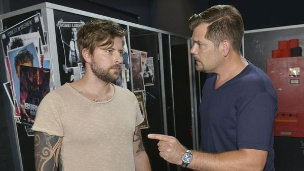 """""""GZSZ"""": John (l.) sagt Leon den Kampf an, ohne zu wissen, wie sehr der Streit ums Mauerwerk Leon belastet"""