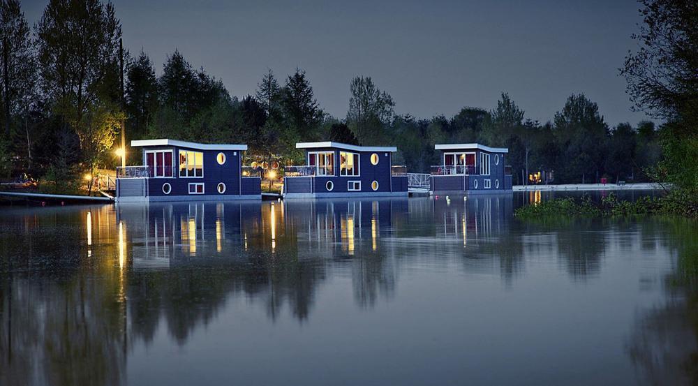 In Ferienpark Bispinger Heide gibt es auch Hausboote als Unterkunft