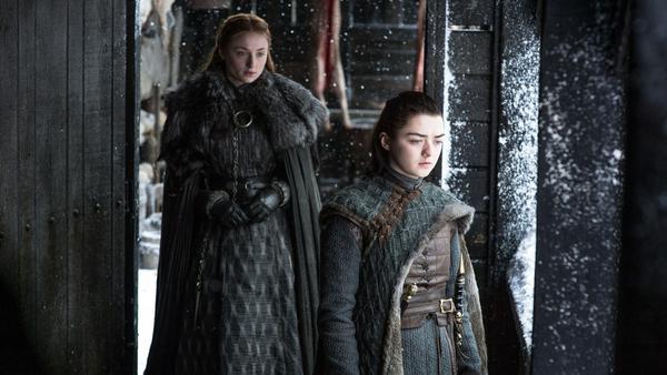 """Blicken wie die """"Game of Thrones""""-Fans in eine noch ungewisse Zukunft: Sansa Stark (Sophie Turner, l.) und Arya Stark (Maisie Williams)"""