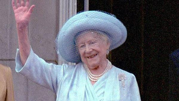 Queen Mum an ihrem 100. Geburtstag auf dem Balkon des Buckingham Palace im Jahr 2000