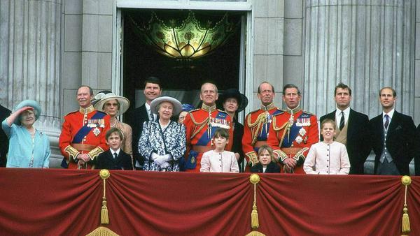 Einer ihrer letzten Auftritte: Queen Mum (l.) mit ihrer Familie auf dem Balkon des Buckingham Palace im September 2001