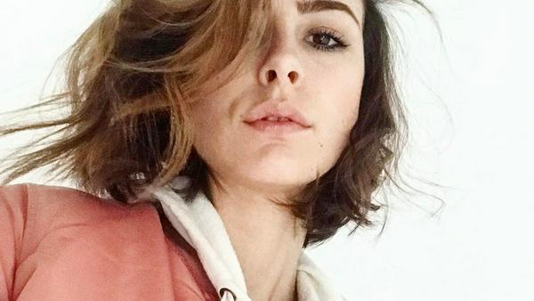 Lena Meyer-Landrut kombiniert eine altrosa Bomberjacke zu einem cremeweißen Hoodie