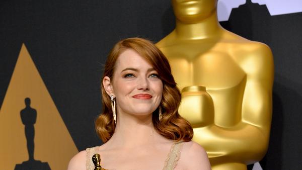 Emma Stone freut sich über ihren Oscar