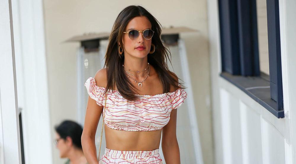 Modisches Outfit und ausgefallener Schmuck: Alessandra Ambrosio weiß sich sommerlich elegant zu kleiden