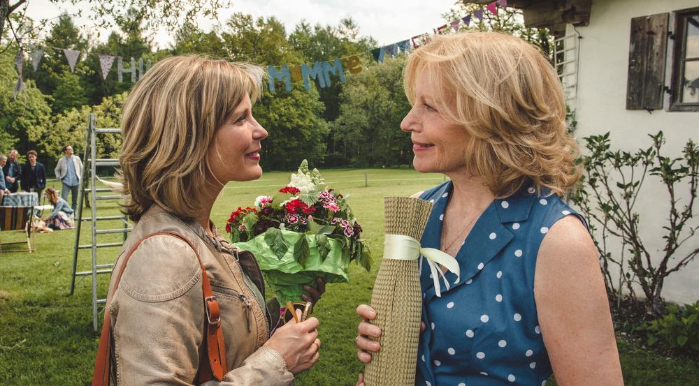 """""""Jella jagt das Glück"""": Tochter Hilke (Valerie Niehaus, l.) freut sich über die Einladung ihrer Mutter (Maren Kroymann) zum Einzug"""