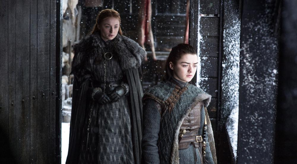 Warum verhält sich Arya Stark (Maisie Williams, r.) so seltsam?
