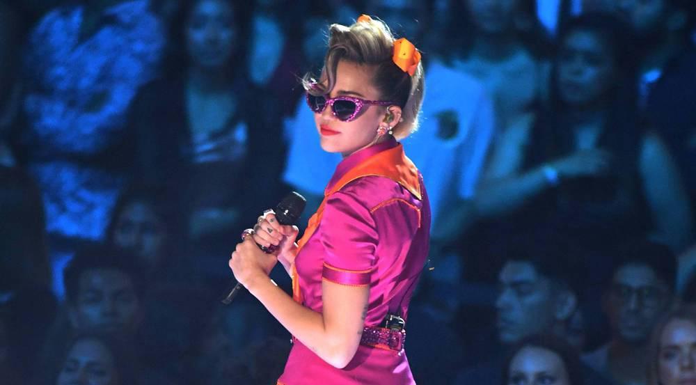 Zwar haben wir Miley Cyrus schon ganz anders kennen gelernt, aber brav ist sie noch lange nicht