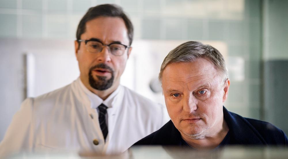 """Wer nicht mehr warten kann - die """"Tatort""""-Stars im WDR Fernsehen: """"Feierstunde"""" läuft am Samstag (02.09.17) um 20:15 Uhr. Prof. Karl Friedrich Boerne (Jan Josef Liefers, l) und Kommissar Frank Thiel (Axel Prahl, r) in der Rechtsmedizin."""