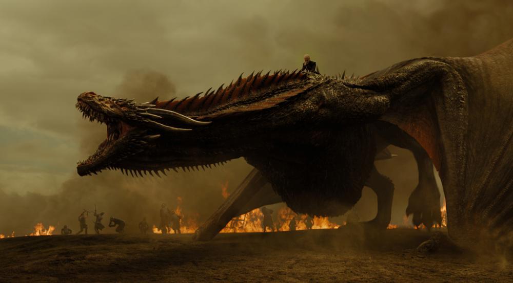 Daenerys Targaryen (Emilia Clarke) und einer ihrer Drachen