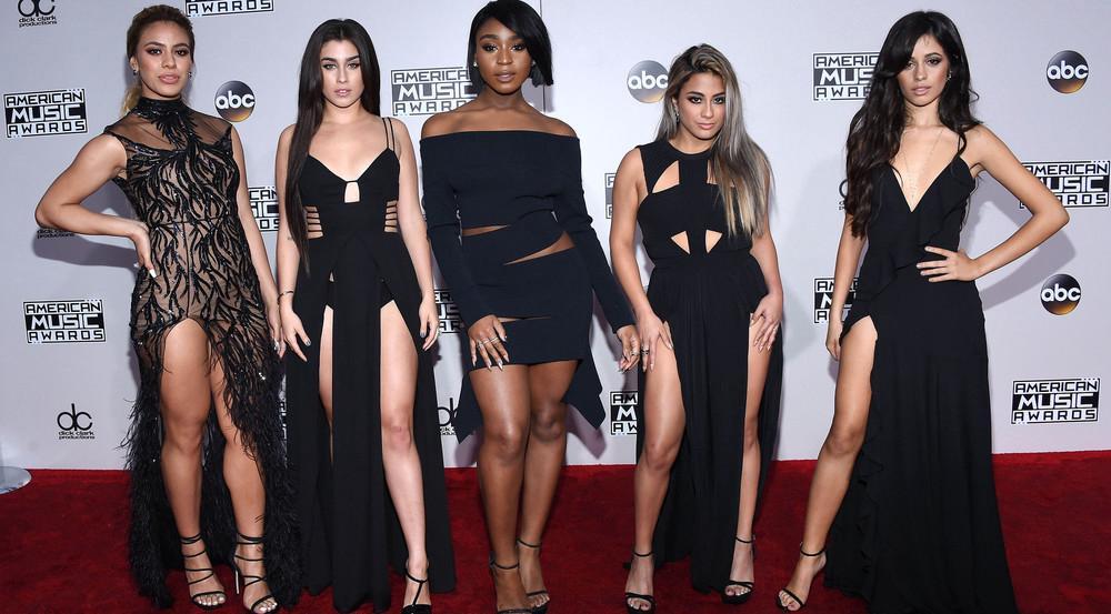Da waren sie noch zu fünft: Fifth Harmony stießen ihre ehemalige Bandkollegin Camila Cabello (r.) symbolisch von der Bühne