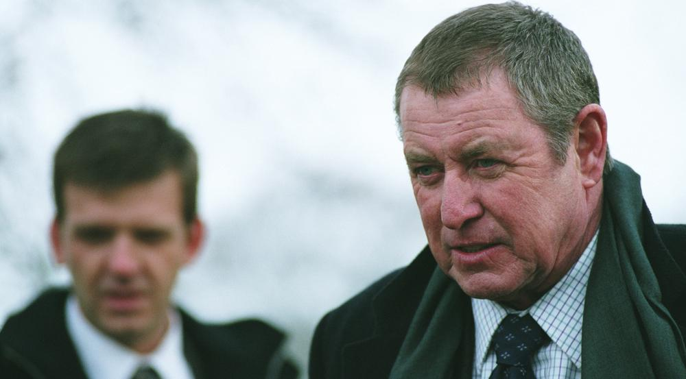 """""""Inspector Barnaby: Tote singen nicht"""": Das Wetter nasskalt, und das Mordopfer im Freien - Barnaby (John Nettles, r.) und Constable Jones (Jason Hughes) sind wieder im Einsatz"""
