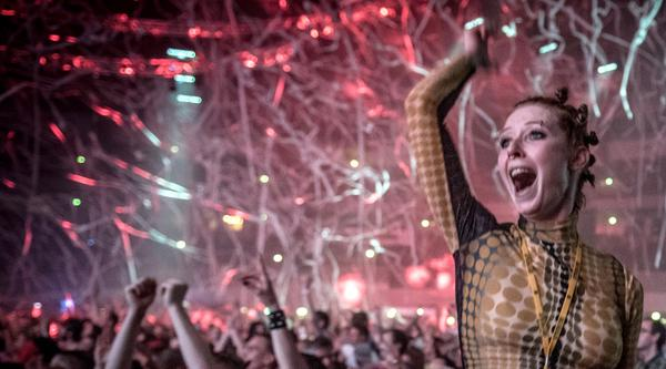 Anja (Sarah Bauerett) feiert bei einem Rave
