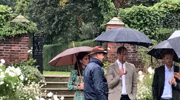 Kate, William und Harry sprechen im weißen Garten mit Gärtnern des Kensington Palasts