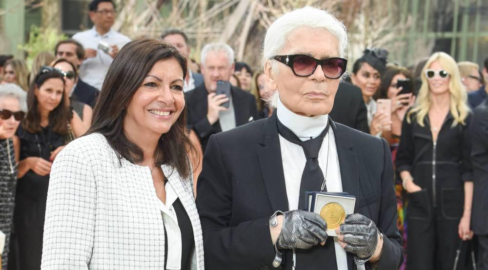 Die Pariser Bürgermeisterin Anne Hidalgo überreichte Karl Lagerfeld die Medaille