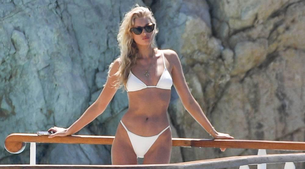 Model Martha Hunt schmeißt sich auf einem Boot im Bikini in Szene