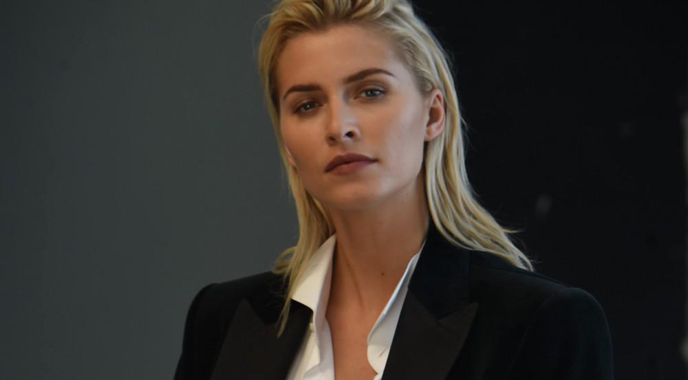 Model in Männermode: Lena Gercke sieht im Joop!-Anzug klasse aus