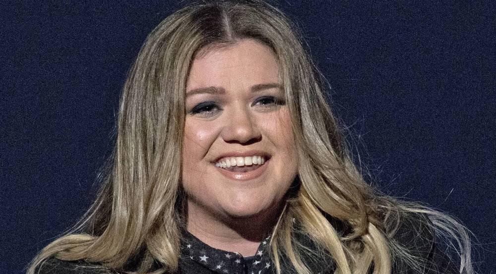 Die Sängerin Kelly Clarkson fühlt sich sichtlich wohl in ihrer Haut