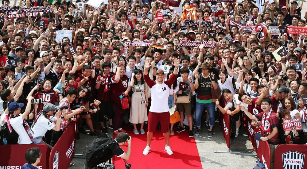 Lukas Podolski nimmt ein Bad inmitten seiner japanischen Fans