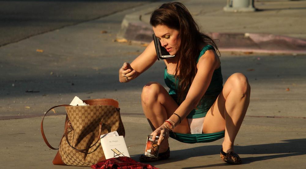 Alicia Arden kniet auf der Straße und gibt damit den Blick auf intime Details frei