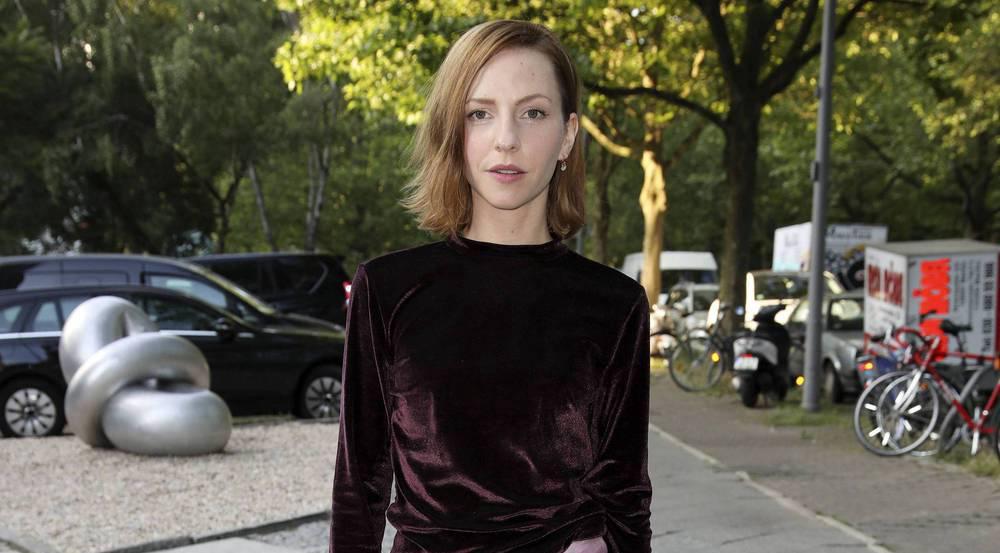 Schauspielerin Katharina Schüttler im angesagten Samt-Look auf der Berliner Fashion Week