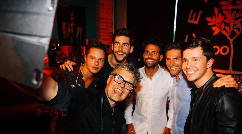 Die Promis hatten bei dem intimen Privatkonzert mit Alvaro Soler (2. v. l.)und Nico Santos (1. v. r.) sichtlich ihren Spaß