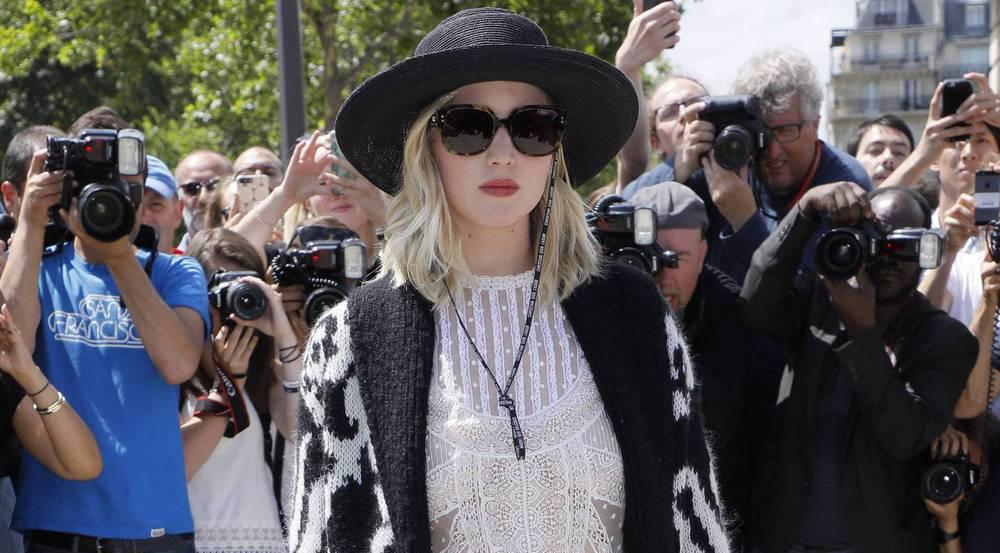 In diesem Outfit besuchte Jennifer Lawrence die Haute-Couture-Show von Dior in Paris