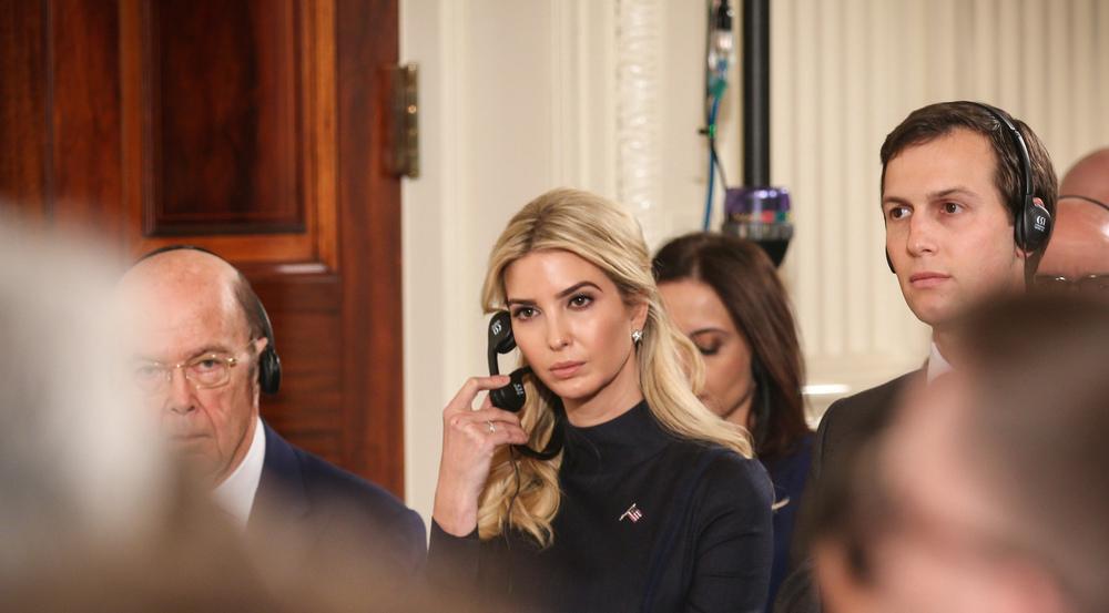 Mit einem Ohr immer bei der Arbeit: Ivanka Trump bei einer Pressekonferenz im Weißen Haus