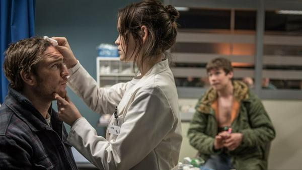 Ben (Frederick Lau) muss von Medizinstudentin Aria (Emilia Schüle) versorgt werden