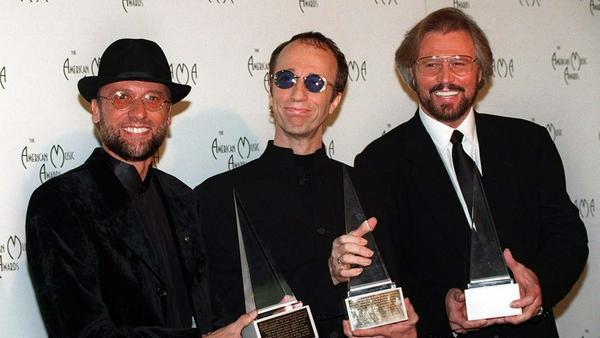 """Barry Gibb (r.) will """"die wahre Geschichte"""" von sich und seinen Brüdern, hier bei einer Preisverleihung im Jahr 1997, erzählen"""