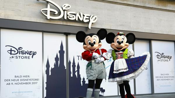 Micky und Minnie Maus vor dem Disney Store in München - in bayerischer Tracht