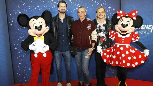 Natascha Ochsenknecht mit ihren Söhnen Jimi Blue und Wilson (r.) Gonzalez beim VIP-Event zur Eröffnung des Disney Stores in München